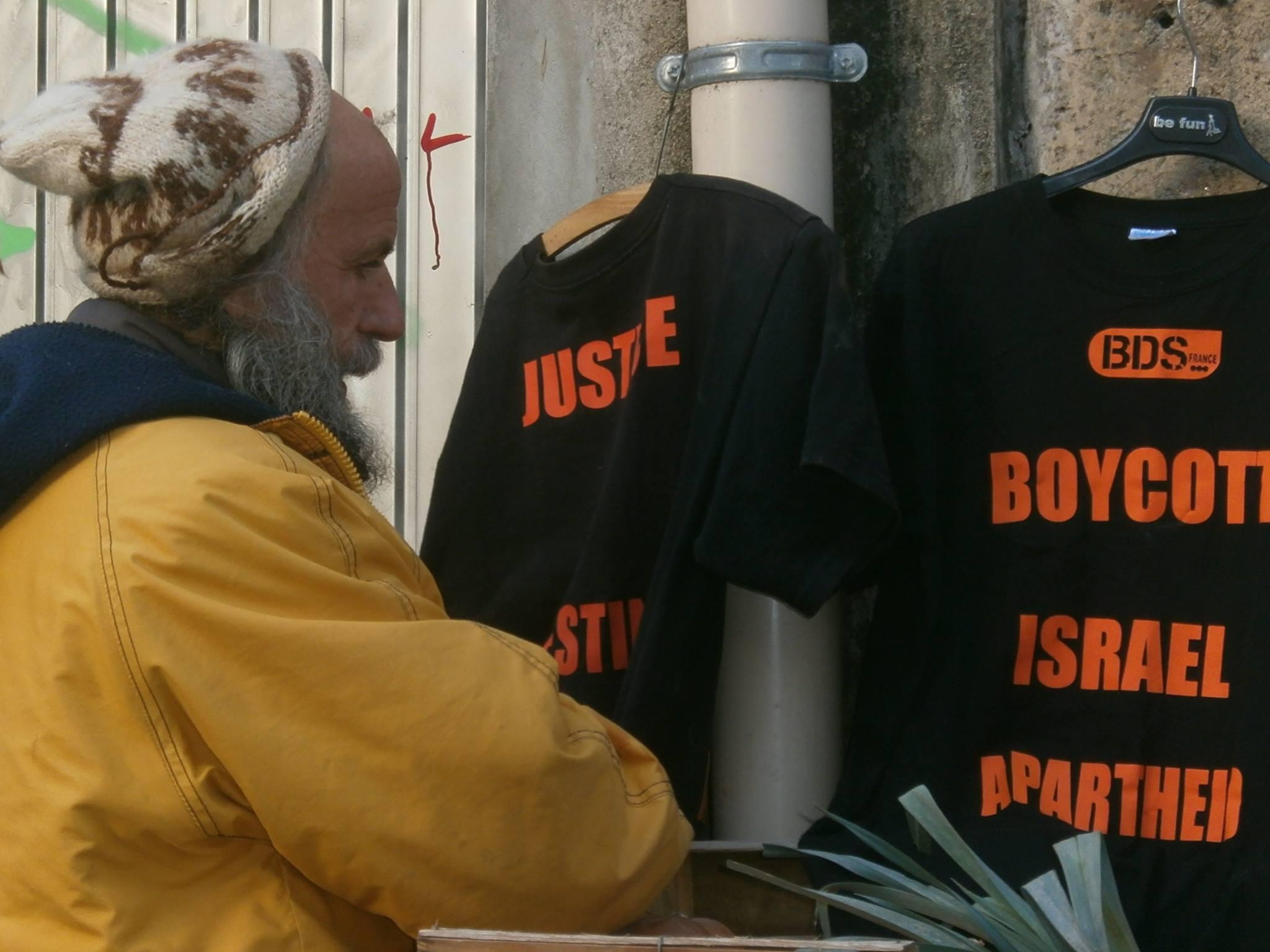 Il affiche le T-Shirt BDS FRANCE sur son stand de légumes bios et les policiers municipaux le menacent de poursuites pour « incitation à la haine raciale » !
