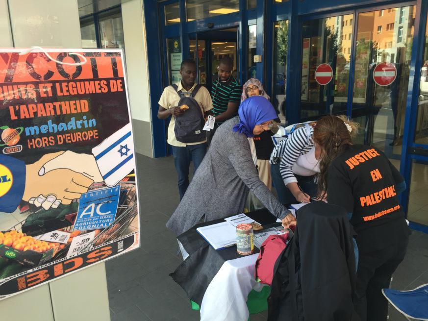 5d9fd4e104b72 Cette action s inscrit dans une série d actions convergentes d une dizaine  de comités BDS contre l entreprise israélienne Mehadrin avec qui LIDL  commerce ...